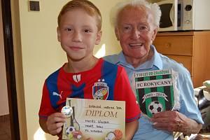 DOHROMADY JE JIM 100 LET. Třiadevadesáté narozeniny slavil v Mirošově bývalý vynikající fotbalista i holič Rudolf Sýkora. V jeho sportovní stopě kráčí sedmiletý vnuk Matěj.
