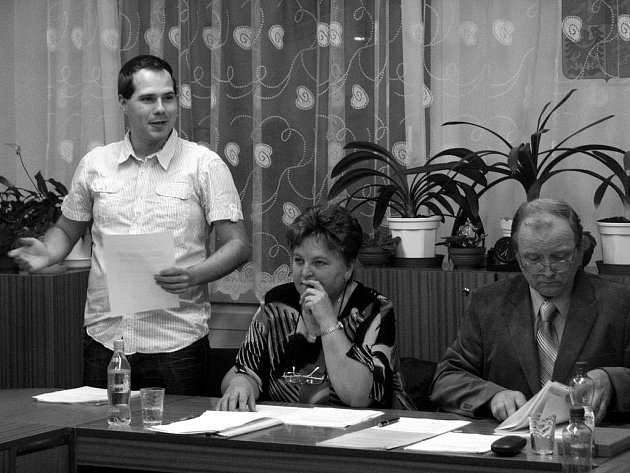 Holoubkovským starostou se na příští čtyři léta stal Lukáš Fišer (stojící).  Na snímku z ustavujícího zasedání vpravo sedí dosavadní starosta Miroslav Vild, uprostřed Anna Vildová (shoda jmen).