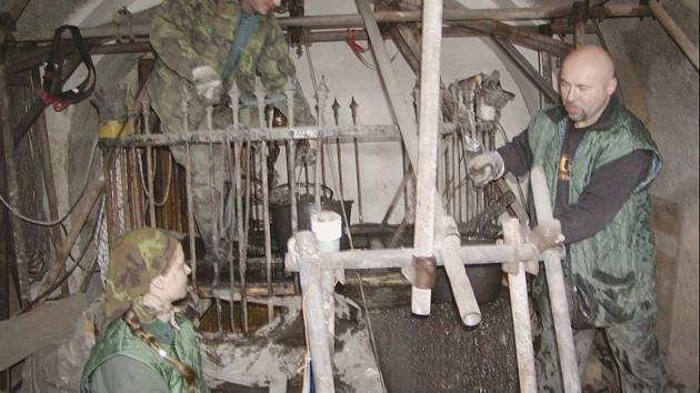 Čištění hradní studně podnikala skupina specialistů pod vedením Oldřicha Schelenberga.
