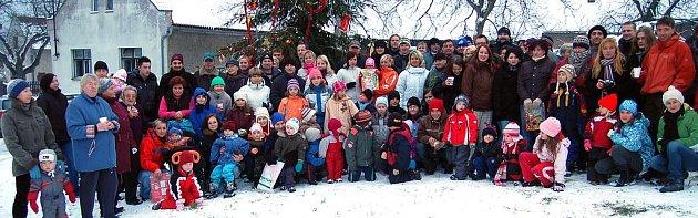 Předehrou rozsvícení vánočního stromu bylo setkání bezmála stovky obyvatel vesnice. Na prostranství proti kapličce voněly alkoholické i nealkoholické nápoje a příchozí se pochlubili cukrovím.