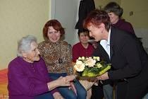 Devadesátnice Božena Štruncová z Ejpovic (vlevo) přijímala o víkendu gratulace. Za členský výbor Jednoty jí přišly k jubileu poblahopřát Zdeňka Kalčíková a Jana Bernášková. Vedle oslavenkyně pak usedly dcera Marta a snacha Anna.
