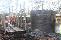 Sobota znamenala pokračování prací při likvidaci přemostění pro pěší v Litohlavské ulici.