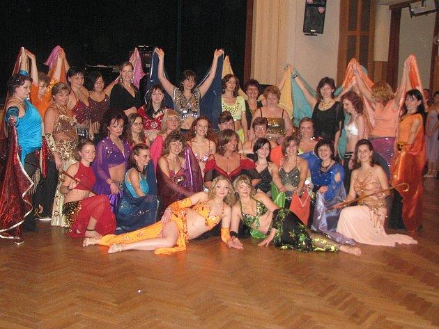 Břišní tanečnice zaplnily sokolovnu. Nejednalo se však o krásky z dalekého orientu, svou zálibou se přišly pochlubit ženy a dívky z Rokycan a okolí. Sešlo se jich na čtyřicet. Předvedly skoro půlhodinovým programem.