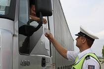 PŘI VČEREJŠÍ dopravně bezpečnostní akci, která byla zaměřená především na kontrolu dodržování povinností pro silniční a osobní dopravu, se ocitlo v hledáčku policie ve Svojkovicích hned několik motoristů. Na snímku kontroluje řidiče Michal Mužík.