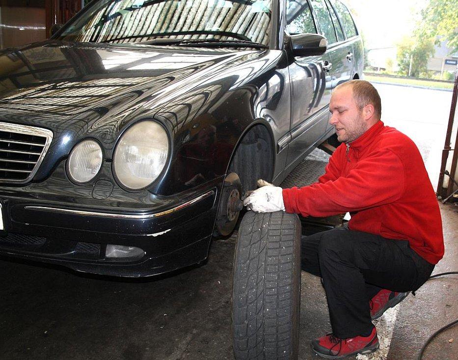 Lukáš Mikudík při výměně pneumatik. Ten největší nápor  pneuservisy teprve očekávají.