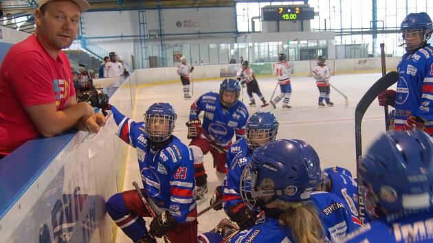 DÁNSKÝ TRENÉR MIKE se svými svěřenci v přestávce mezinárodního utkání mladých hokejistů.