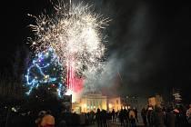 DESETIMINUTOVÁ OHNIVÁ šou nadchla ve středu v podvečer stovky lidí, kteří se v Hrádku shromáždili na náměstí před městským úřadem i v přilehlých ulicích.