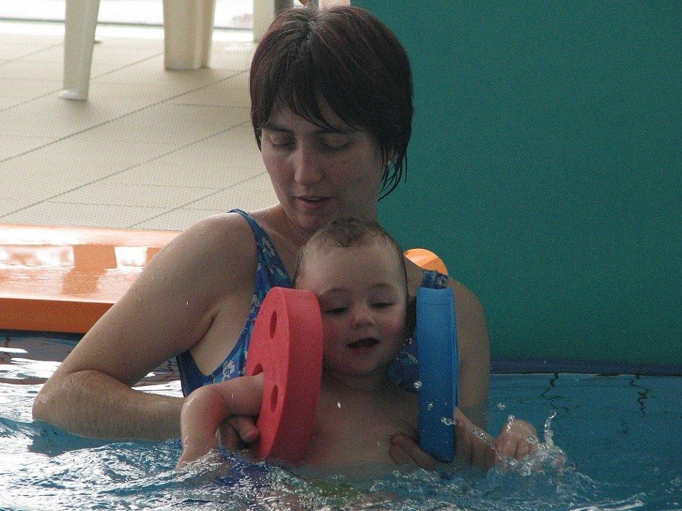 Rodiče i jejich děti si plavání užili.