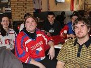 PO ÚVODNÍ TŘETINĚ semifinále olympijského hokejového turnaje měli ještě příznivci českého týmu v rokycanské restauraci Na Hradčanech úsměvy na rtech. Rysy jim ztvrdly po dvou slepených gólech.