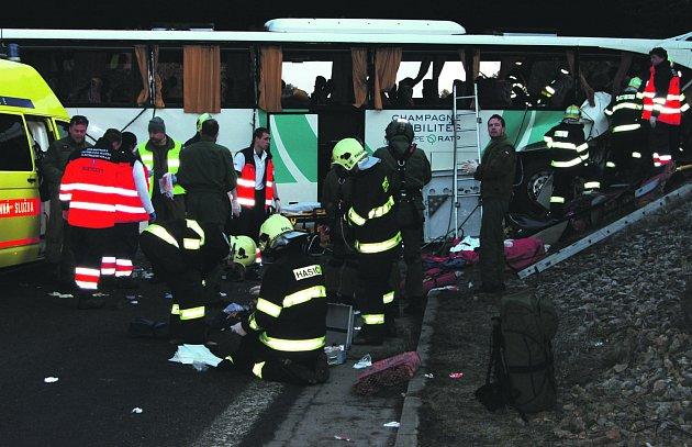 Tragická nehoda autobusu zaměstnala několik složek integrovaného záchranného systému.
