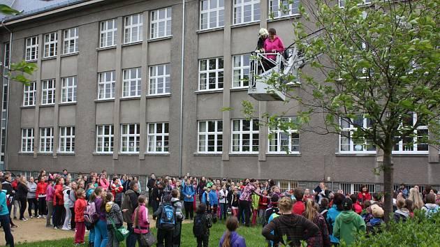 Profesionálové z Rokycan cvičně evakuovali žáky ze ZŠ TGM v okresním městě.