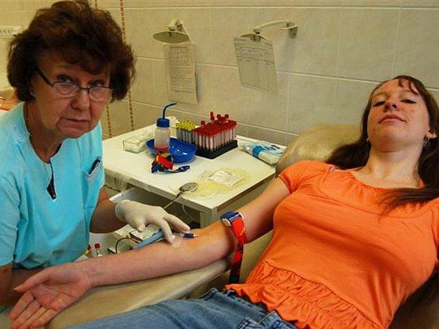 V rokycanské transfúzní stanici v pondělí poprvé darovalo krev dvanáct studentů zdejšího gymnázia.