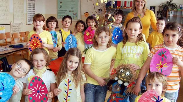 Úterý bylo v holoubkovské škole laděno do žluta. Výjimkou nebyli ani druháci, kteří se i s třídní učitelkou Janou Šnajdrovou pochlubili velikonočními symboly.