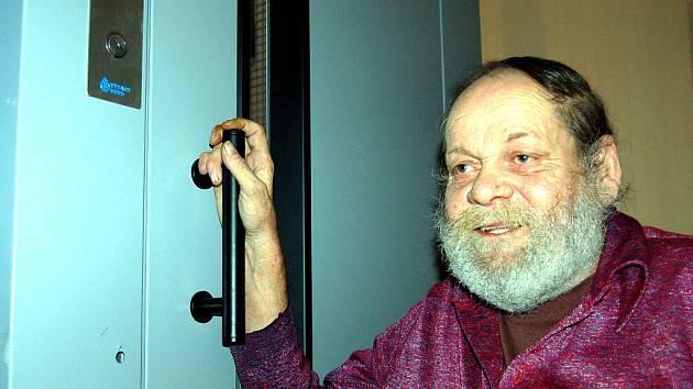 Především pro dva tělesně postižené muže z rokycanské bytovky v ulici Fr. Černého je od 2. ledna situace svízelná. Kvůli nefungujícímu výtahu je mezi čtyřmi stěnami uvězněn i Milan Vild (na snímku).