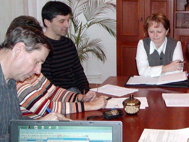 Shánění dotací jen tak neskončí. Hned ve středu se kvůli tomu sejde rokycanská místostarostka Marie Hlávková (na snímku vpravo) s krajským radním Miroslavem Jarošem.