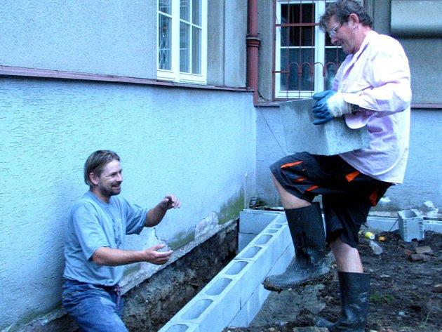 Plzeňská firma, pro níž subdodavatelsky momentálně dělají  i zaměstnanci jedné rokycanské,  kolem budovy bývalého okresního úřadu staví vodorovnou opěrnou zídku.  Na snímku se s ní vypořádává Jiří Hemerka.