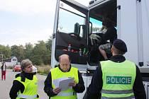 MUŽI ZÁKONA si včera dopoledne posvítili na řidiče kamionu. Na přetřes přišla především váha nákladního automobilu a také kvalita pneumatik nebo brzd.