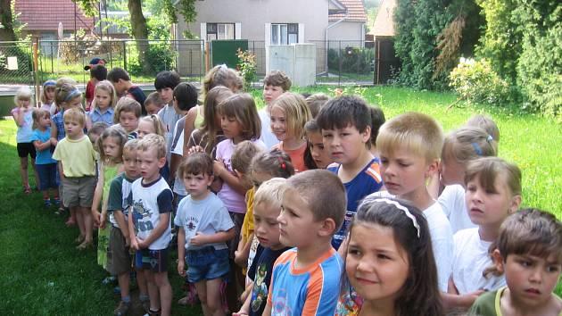 Žáci dobřívské malotřídky hráli pro mateřinku.