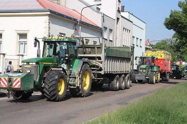 Traktory z Příkosické zemědělské, a. s., včera projely centrem Rokycan. Za nimi se tvořily kolony. Svou pomalou jízdou agrárníci protestovali proti zrušení zelené nafty a také zavedení spotřební daně z tichého vína.
