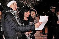 Ani husté sněžení neodradilo občany Břas od společného zpívání koled
