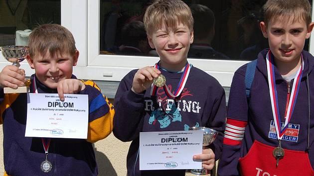 Na snímku jsou medailisté prostřední kategorie. Zleva je druhý Vítek Ungr, uprostřed vítězný Daniel Kroc a vpravo bronzový Vašek Šuser.
