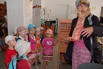 Hlavní poštu navštívil s dětmi skřítek, kterému je už tři sta let.