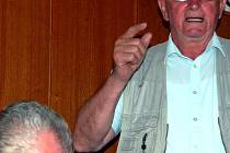 Bvalý šéf ZZN v kraji František Meinzer (stojící) vyslovil obdiv organizátorům srazu pracovníků této organizace v Rokycanech.