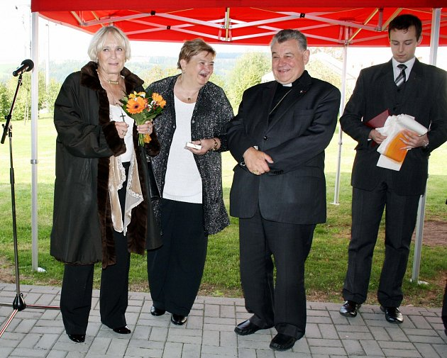 KARDINÁLA Dominika Duku (uprostřed) a Bělu Gran Jensen (vlevo), kterou myšlenka dárku pro Kytičky napadla, výsledek akce potěšil. O tom, že potom pod altánem, kam se z kostela řada hostů odebrala, panovala dobrá nálada, snímek jasně vypovídá. Tím spíše se