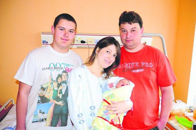 Kateřina ŠTRUNCOVÁ ze Skomelna přišla na svět 3. dubna v 16 hodin a 45 minut. Manželé Jana a Vladimír věděli dopředu, že jim ke dvěma velikým klukům Pájovi (14 let) a Jiříkovi (10 let) přibude malá holčička. Kačenka vážila při narození 3700 g, měřila 51cm
