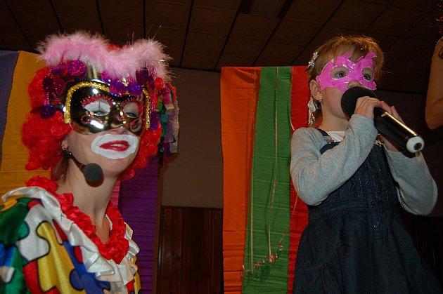 Carusošou v Rakové. Předsilvestrovská zábava v Rakové se týkala 130 dětí. Některé z nich soutěžily ve zpěvu.