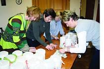 Plzné ruce peněz věnovaných dárci na Tříkrálovou sbírku charity mělo při otevírání kasiček kvarteto na snímku. Sešlo se v rokycanské radnici a jedná se o Alenu Drlíkovou, Marii Duškovou, Marii Hlávkovou a Evu Praumovou. Výtěžek činil 98 602 korun.