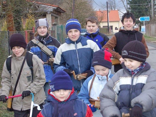 Sobotní dopoledne v obcích na jihu Rokycanska klukům s řehtačkami. Nejinak tomu bylo v Rakové.