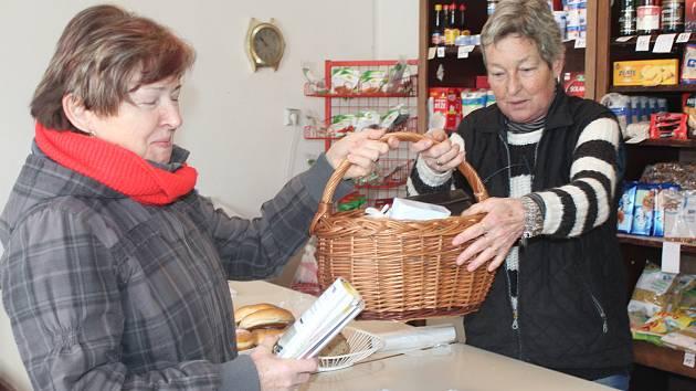 KVĚTA BOHATOVÁ (vpravo) ve svém lhoteckém království. Díky podpoře podnikatele ze Zbiroha se tu může věnovat zákazníkům třikrát týdně na dvě hodiny. Pravidelnou návštěvnicí obchodu se smíšeným zbožím je i Libuše Spěváčková.