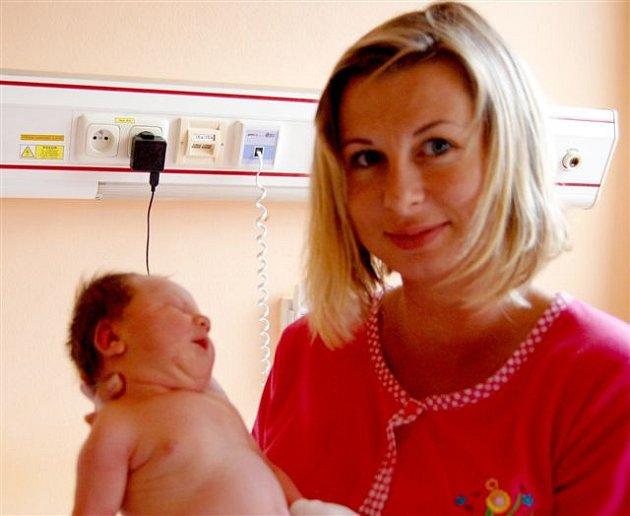 Dominik BĚHOUNEK z Rokycan si poprvé zakřičel na porodním sále rokycanské porodnice 28. července v 15 hodin a 49 minut. Maminka Romana a tatínek Michal znali pohlaví svého prvního děťátka dopředu. Malý Dominik vážil 3830 gramů, měřil 50 cm.