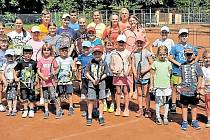 Účastníci tenisového kempu na kurtech v Alejích.