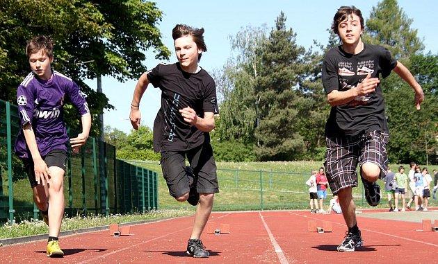 Pavel Pešek a Alex Příhoda  z Gymnázia Rokycany při startu sprinterského závodu.