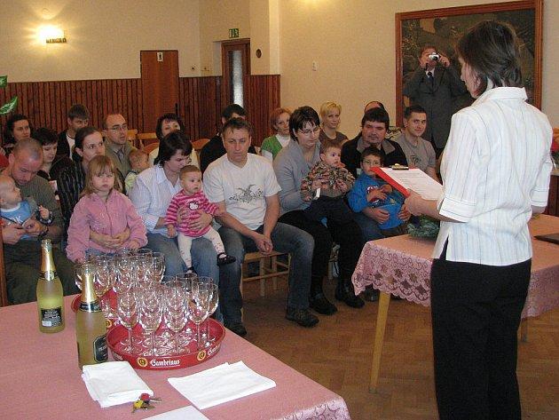 Jedenáct občánků uvítali v sobotu v sále obecního úřadu představitelé Kamenného Újezdu. Slavnostní akt začal v deset hodin.