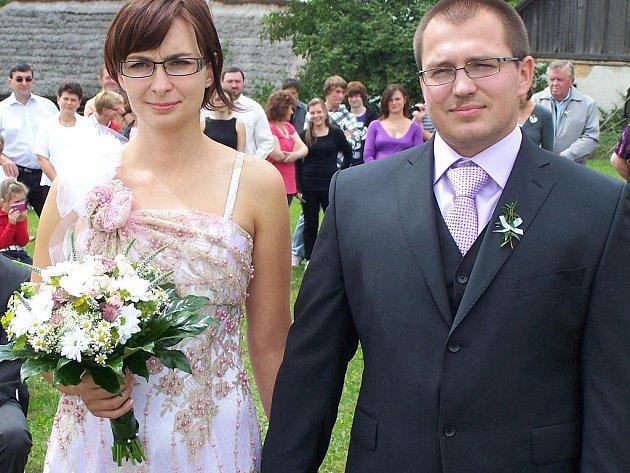 V přírodě na kakejcovské louce vstoupili v sobotu do stavu manželského Lukáš Ryba z Kamenného Újezdu a Štěpánka Bufková z Rokycan.
