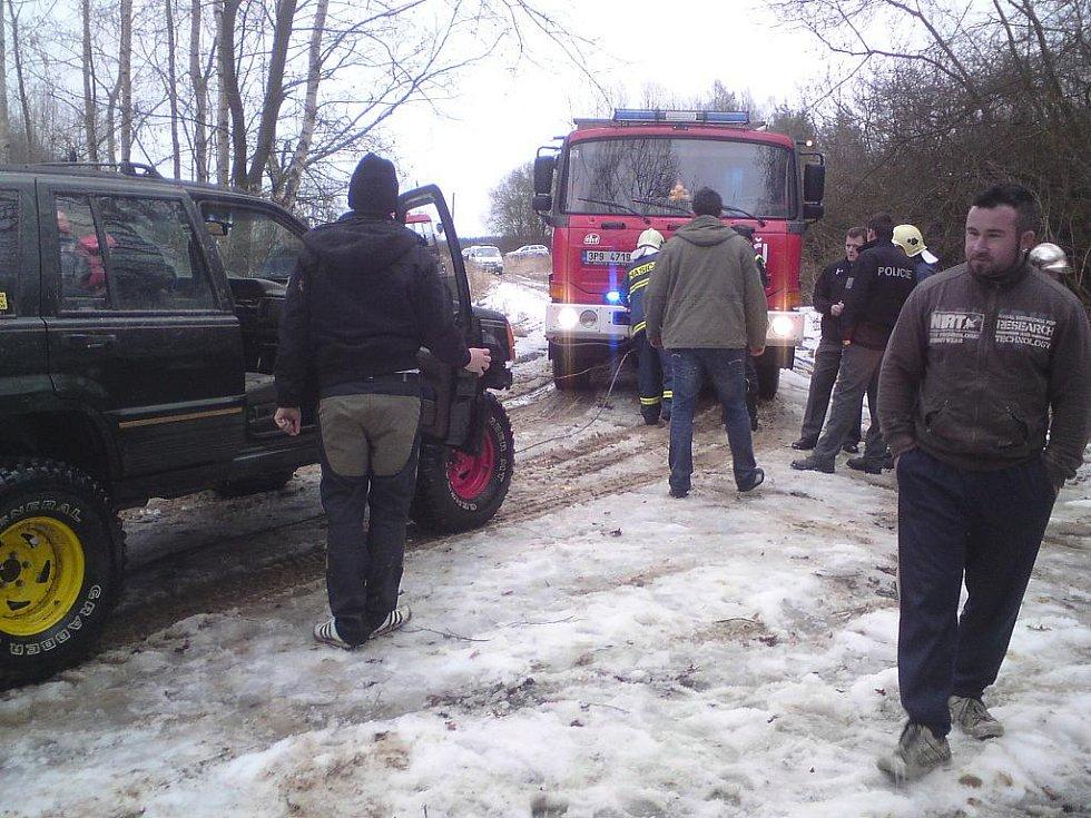 Jeep sjel do řeky Klabavy a zůstal nepojízdný asi deset metrů od břehu.