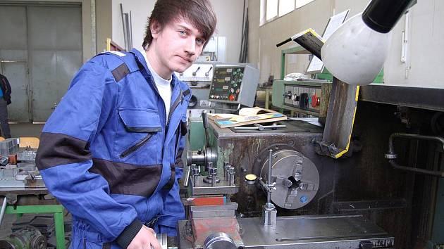 Umět změřit výrobek na setinu milimetru je základní dovedností každého soustružníka.  Tomáš Černý svoji budoucí profesi ovládá  a  dokazuje to ukázkou  svých schopností.