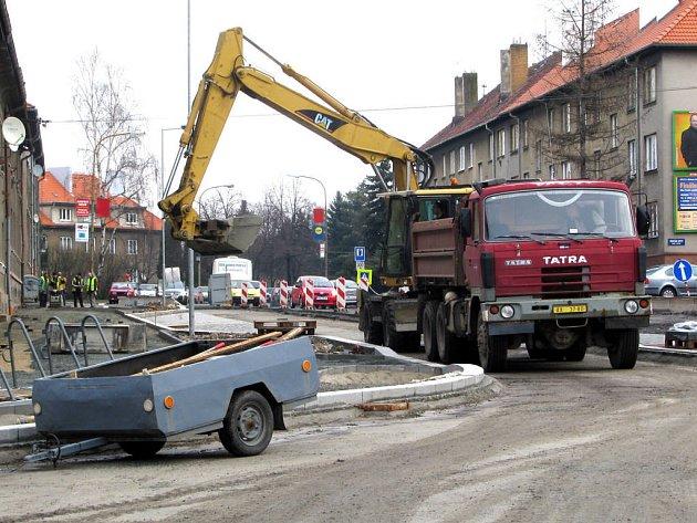 Každodenní stavební práce obyvatele v okolí příliš neobtěžují. Mají totiž naději, že nová okružní křižovatka zabrání častým nehodám.