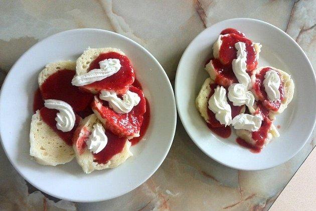 KNEDLÍKY přelité jahodami a šlehačkou. Tenhle školní pokrm vyvolal u některých gymnazistů nedůvěru...