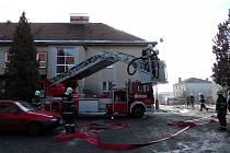 ŠEST HASIČSKÝCH TÝMŮ se sjelo do Mlečic. Šlo o dvě profesionální jednotky a čtyři dobrovolné. Cílem byla likvidace ohně, který vypukl ve škole. Naštěstí šlo o cvičnou záležitost.