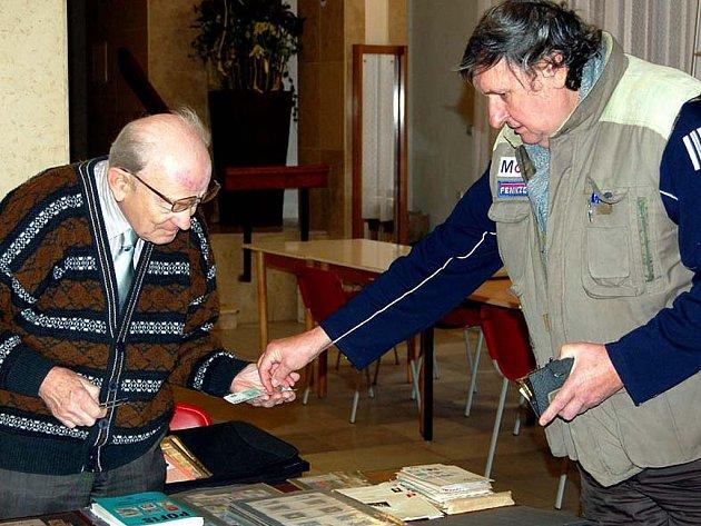 Až z Brna dorazil na filatelistickou burzu Pavel Kroutil (vpravo).  Pořídil si několik známek.