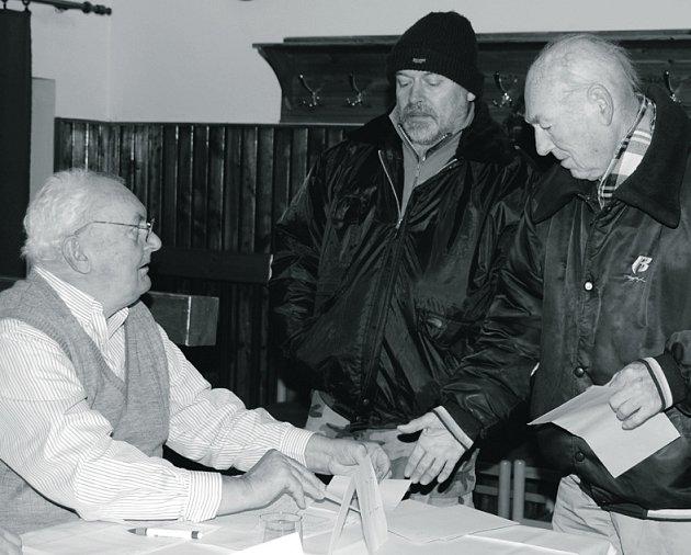 V Kamenném Újezdu je členem volební komise zkušený Josef Kabourek (vlevo).