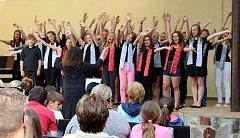 Dvakrát se ve čtvrtek Základní škola TGM postarala o zábavu v Klubu komorní kultury Rokycan.