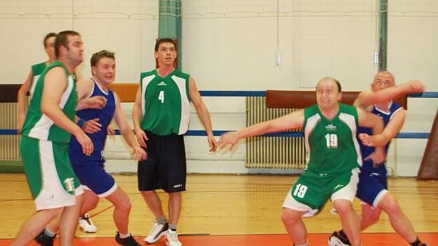 Basketbalisté  SKB Rokycany C pokračují netradičně ve čtvrtek večer v mistrovských bojích. Snímek je z duelu minulého kola proti Boru (62:64).