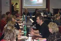 Vybraní  daňoví  poplatníci  se  včera  dozvěděli  důležité  informace  o  elektronickém  podávání  písemností v daňovém řízení.  Školení se ujal Ladislav Urbánek, Petr Burián, Vanda Kalová a Alena Hejmanová z krajského ředitelství.