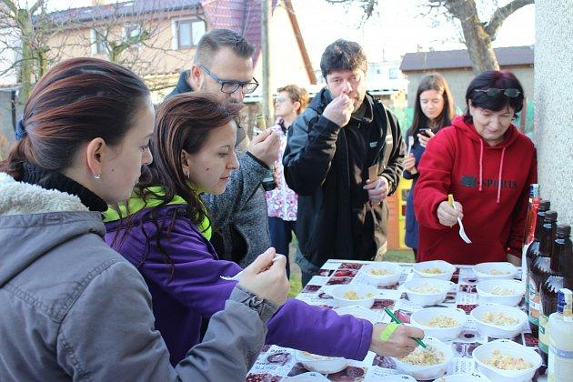 ŠESTNÁCT vzorků salátu ochutnávali gurmáni v Rokycanech na Štědrý den.