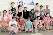 Mladí plavci z Rokycan a Plzně se pyšní nejlepšími tuzemskými výkony v extrémně vytrvalostním plavání. Dosáhli jich v bazénu SK Radbuza, kde se kluci a děvčata představili na stokilometrové trati. Kraulem ji zvládli za 38:25 hodin.